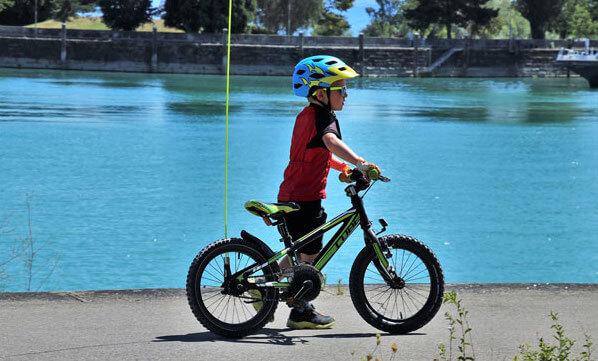 Junge mit Kinder Fahrradhelm vor See