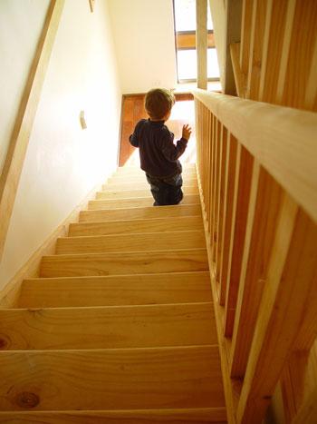 Kind das die Treppe herunter läuft
