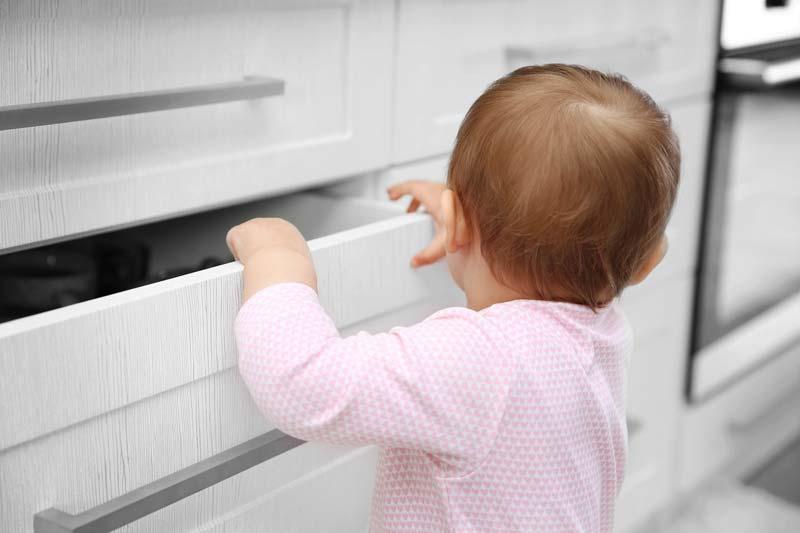Baby an Schublade Sicherung