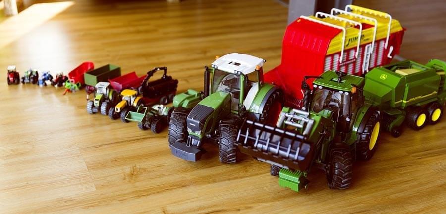 Schöne Sammlung an Spielzeug Traktor Kinder